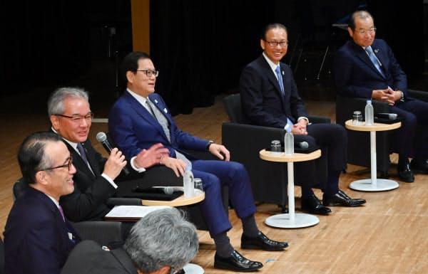 討論する(左から)三毛、高島、坂井、森田、中田の各氏(1日、東京都千代田区)
