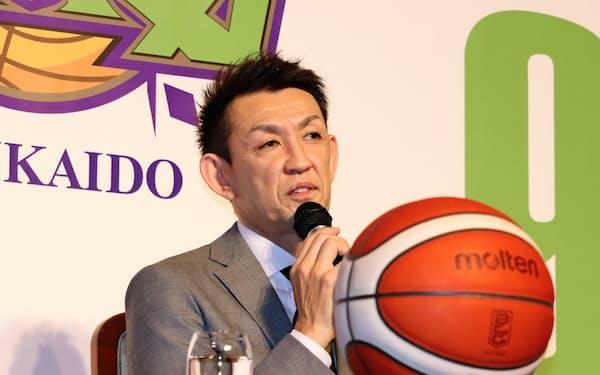 記者会見するレバンガ北海道の折茂武彦選手(1日、札幌市内)