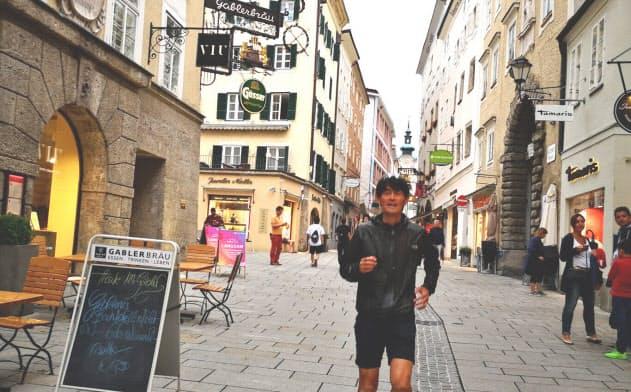 今夏訪れたザルツブルクの街路を走る