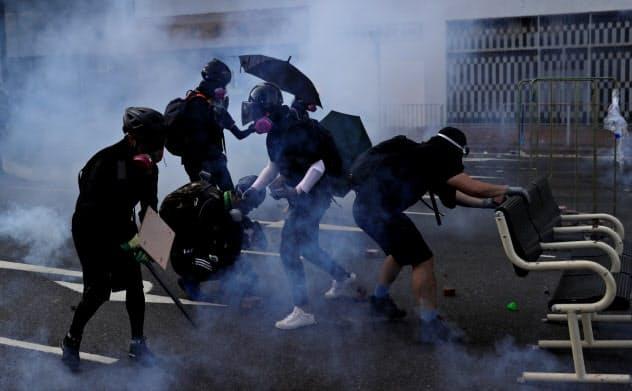 1日、香港各地でデモ隊と警察の衝突が起きた=ロイター