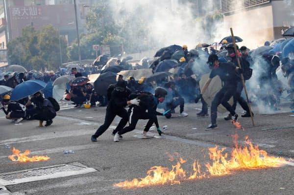 1日、香港で警官隊と衝突したデモ隊=ロイター