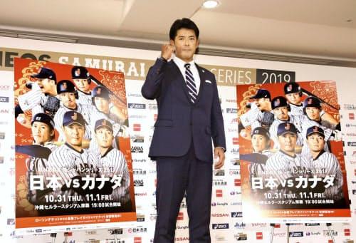 野球日本代表のメンバーを発表した後、ポーズをとる稲葉監督(1日、東京都内のホテル)=共同