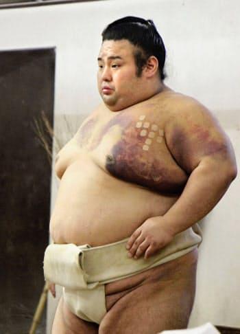左大胸筋に負傷を抱える中、稽古を再開した貴景勝(1日、東京都台東区の千賀ノ浦部屋)=共同