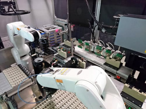 コーセルが品質検査の工程で導入した自動化設備(富山市)