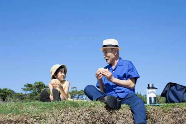新津ちせ(左)と笈田ヨシの年齢差77歳のコンビの共演が見どころだ (C)2019映画「駅までの道をおしえて」production committee