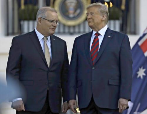 トランプ米大統領(右)とモリソン豪首相(左)(9月、ワシントン)=AP