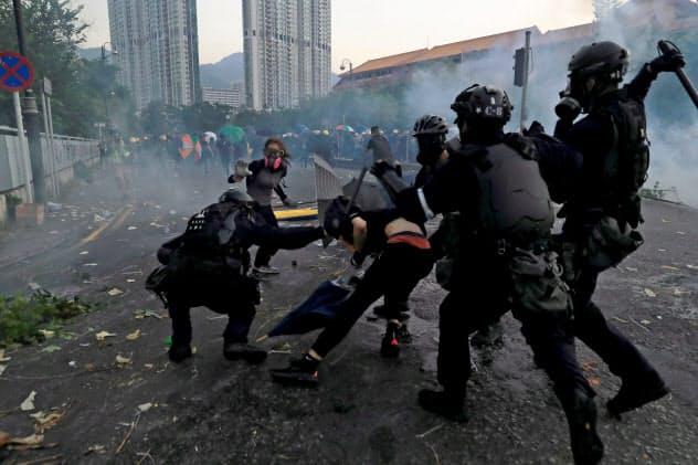 1日、香港郊外の沙田地区で衝突するデモ隊と警官隊=ロイター