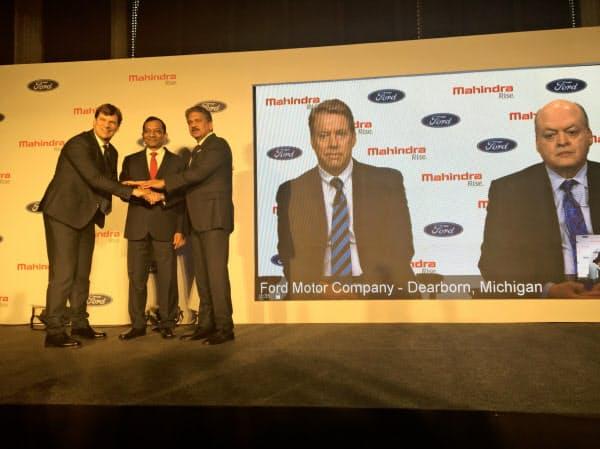 記者会見するマヒンドラのアナンド・マヒンドラ会長(中央)テレビ会見に出た米フォード創業家のビル・フォード氏(右から2人目、1日、ムンバイ)