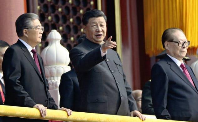 歴代指導者らと天安門に立つ習近平国家主席(左から2人目)=AP