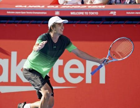 シングルス1回戦でボルナ・チョリッチを破り、喜ぶダニエル太郎(1日、有明テニスの森公園)=共同