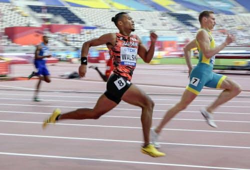 男子400メートル予選 力走するウォルシュ・ジュリアン(右から2人目)。45秒14の2組2着で準決勝進出を決めた(1日、ドーハ)=共同