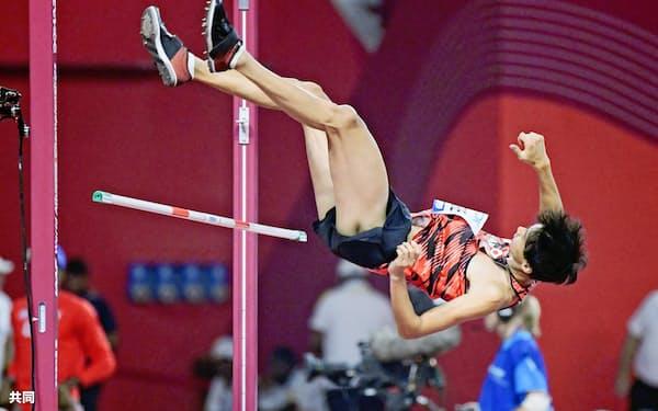 男子走り高跳び予選 2メートル29の3回目に失敗した戸辺直人(1日、ドーハ)=共同