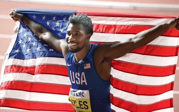 男子200メートルで金メダルを獲得した米国のライルズ(中)=山本博文撮影