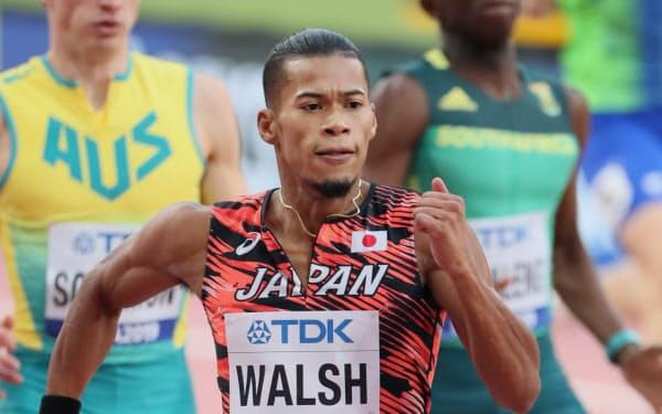 男子400メートルで準決勝に進出したウォルシュ(手前)=山本博文撮影