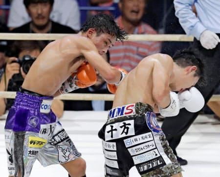 9回、久田哲也(右)を攻める京口紘人。この後ダウンを奪う=共同