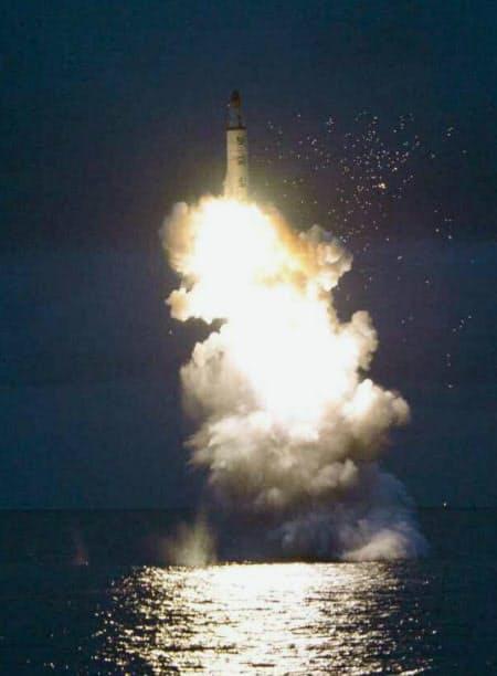 2016年8月、北朝鮮の労働新聞が掲載した、潜水艦発射弾道ミサイル(SLBM)の水中発射実験の写真=共同