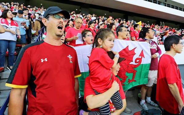 代表チームの公開練習でウェールズの国歌を歌うローレンス・チヴァスさん(左端)ら(北九州市小倉北区)
