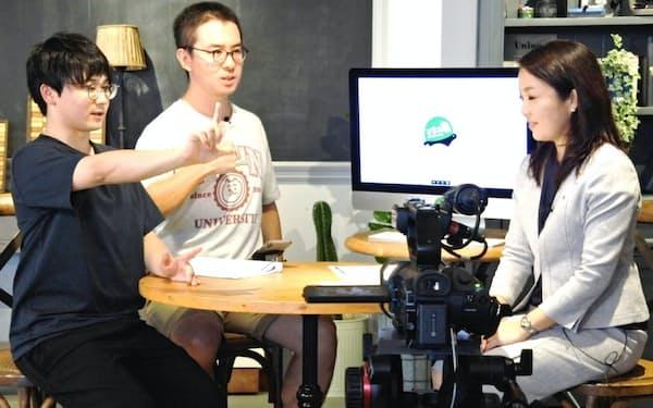 「マネーの亀」撮影中の人気ユーチューバーの瀬戸弘司氏(写真中央)ら