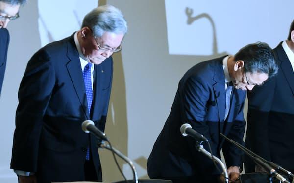 記者会見で一礼する関西電力の八木会長(左)と岩根社長(2日午後、大阪市福島区)