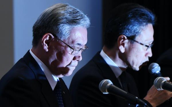 記者会見する関西電力の八木会長(左)と岩根社長(2日午後、大阪市福島区)