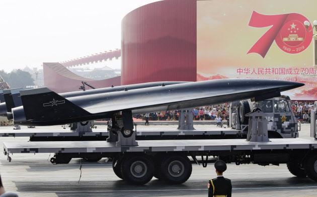 軍事パレードで公開された偵察ドローン「WZ8」=ロイター