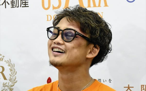 2度目の防衛から一夜明け、記者会見で笑顔を見せるWBAライトフライ級スーパー王者の京口紘人(2日、大阪市)=共同