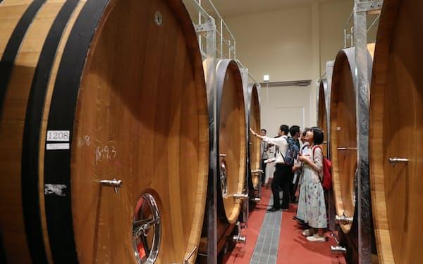 地下の樽庫には約3000リットルの樽が並ぶ。プレミアムコースで見学できる