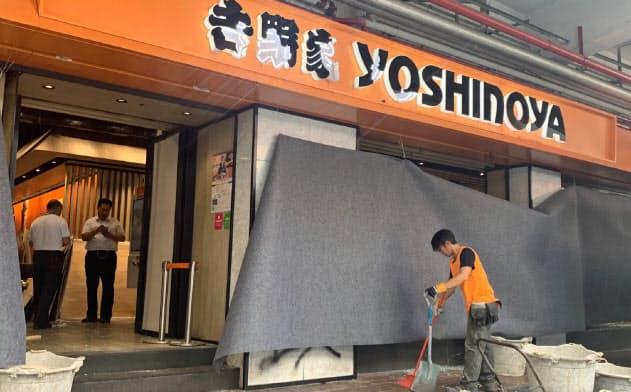 デモ隊に破壊された吉野家の店舗(2日、香港)