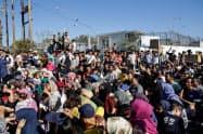 レスボス島で劣悪な生活環境に抗議する難民や移民=ロイター