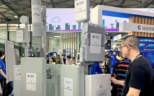 中国ではファーウェイやZTEの5G基地局を使った実証実験がすすむ(6月、MWC上海の中国移動ブース)