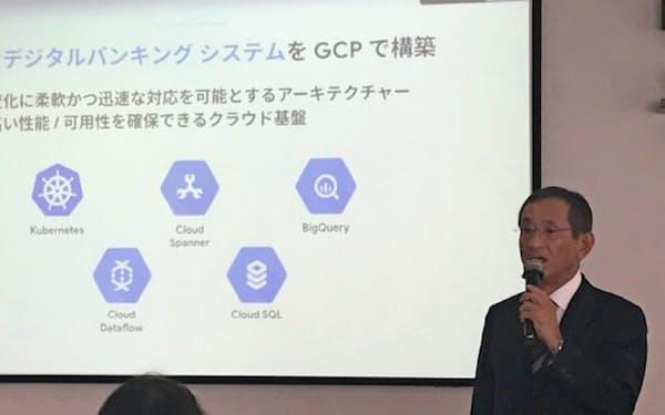 新たに作るインターネット銀行の基幹システムをクラウド化する(2日、東京都内で記者会見するふくおかフィナンシャルグループの横田浩二取締役)