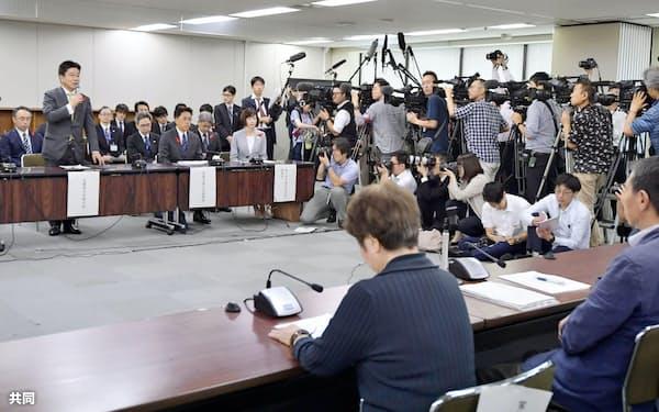 加藤厚生労働相(左から2人目)はハンセン病元患者家族訴訟の原告・弁護団と面会し、謝罪した(2日午後、厚生労働省)=共同