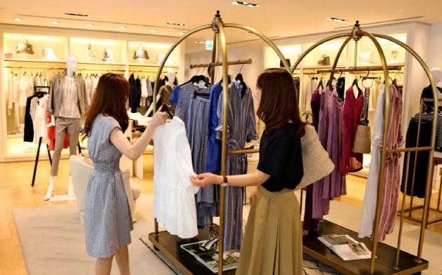 オンワードホールディングスは百貨店向けを中心に店舗の削減に踏み切る(東京・中央区の店舗)