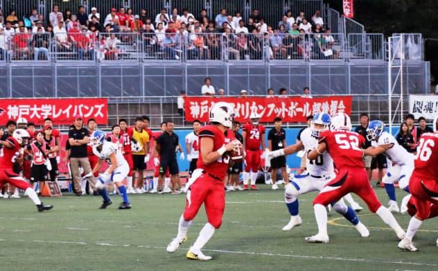 ボールを手にパスの標的を探す神戸大のQB是沢(中央)