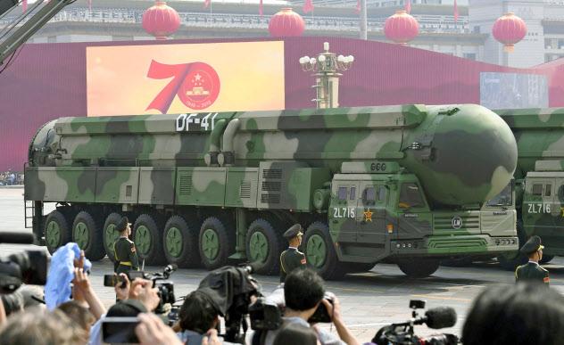 軍事パレードには米本土を攻撃可能な多弾頭式大陸間弾道ミサイル「東風(DF)41」が登場した(共同)