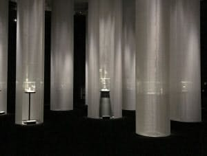 時計の展示では、暗闇に光が降り注いでいる様子を布で表現した(東京都港区の国立新美術館)