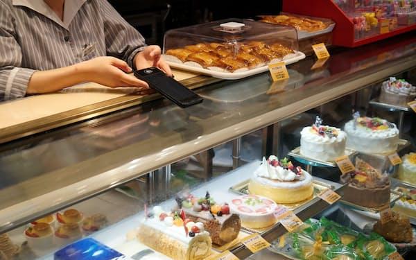 梅月堂本店では世界中のキャッシュレス決済に対応(長崎市)