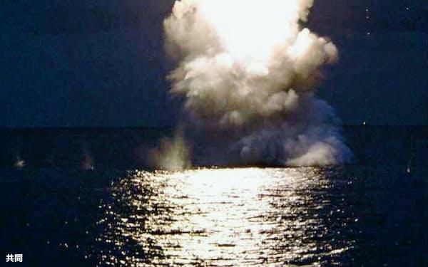 北朝鮮の労働新聞が2016年8月に掲載した、潜水艦発射弾道ミサイル(SLBM)の水中発射実験の写真=共同