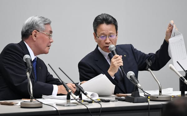 記者会見する関西電力の岩根社長(右)と八木会長(2日午後、大阪市福島区)