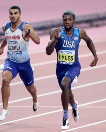 男子200メートルで金メダルを獲得した米国のライルズ(右)=山本博文撮影