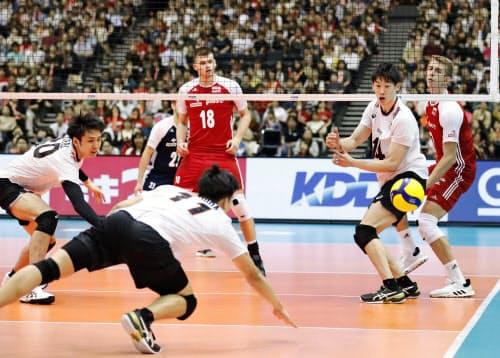 日本―ポーランド 第4セット、ポーランドにスパイクを決められた日本。西田(11)、石川(右)ら(2日、マリンメッセ福岡)=共同