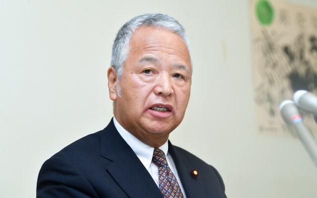 インタビューに応じる自民党の甘利税制調査会長(2日、自民党本部)