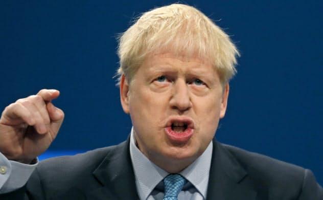 英保守党大会で演説するジョンソン首相(2日、マンチェスター)=AP