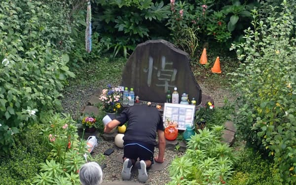 韓国朝鮮人犠牲者の追悼碑前で黙とうする人たち(東京都墨田区)