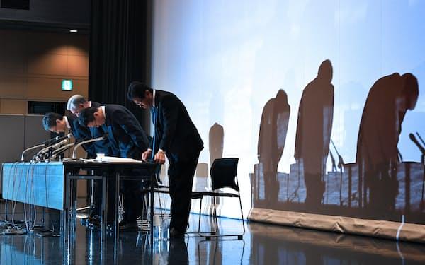記者会見で頭を下げる関西電力の八木会長(左から2人目)ら(2日、大阪市福島区)