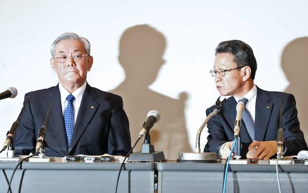 記者会見する関西電力の岩根社長(右)と八木会長(2日、大阪市福島区)