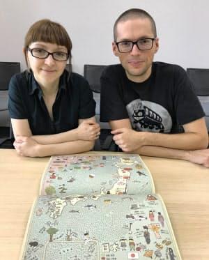 著者のアレクサンドラさん(左)、ダニエルさん夫妻