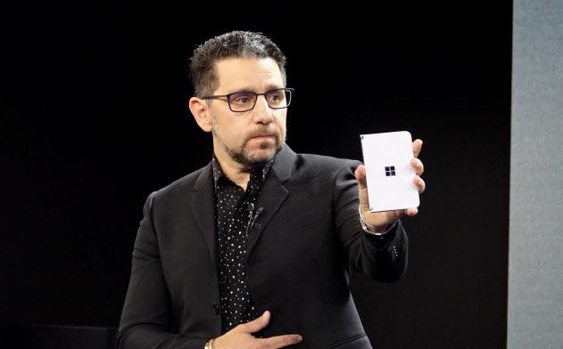 「サーフェス デュオ」を発表するマイクロソフトのパノス・パネイ最高製品責任者
