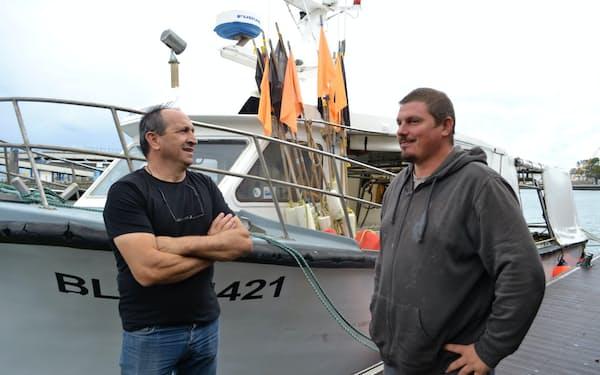 仏北部の漁師、ピント氏(左)はジョンソン英首相の主張は危険だと語る
