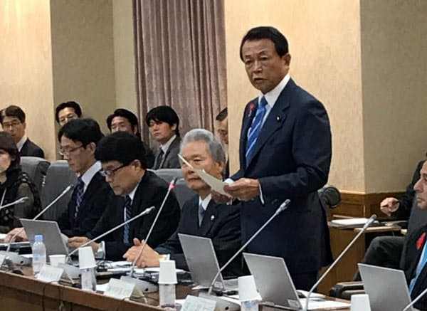 麻生太郎財務相は財制審で「質の高い予算を作っていきたい」と語った(3日、財務省)